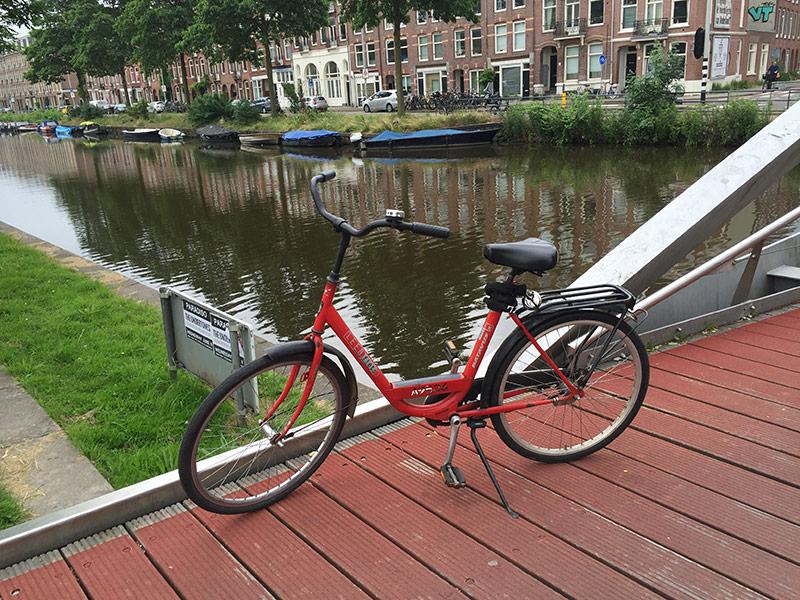 fiets op brug naast gracht
