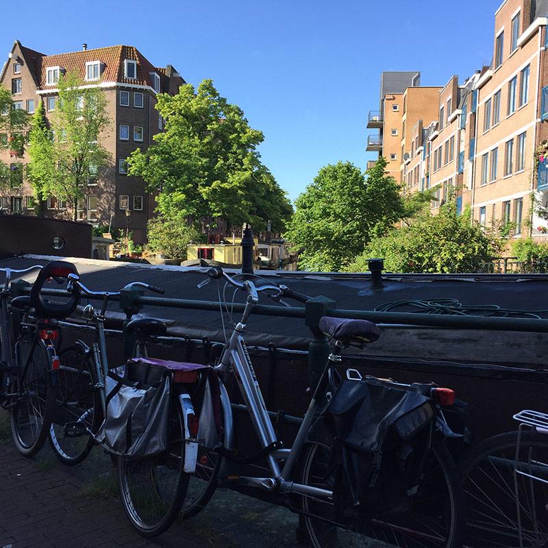 fietsen naast een grachct