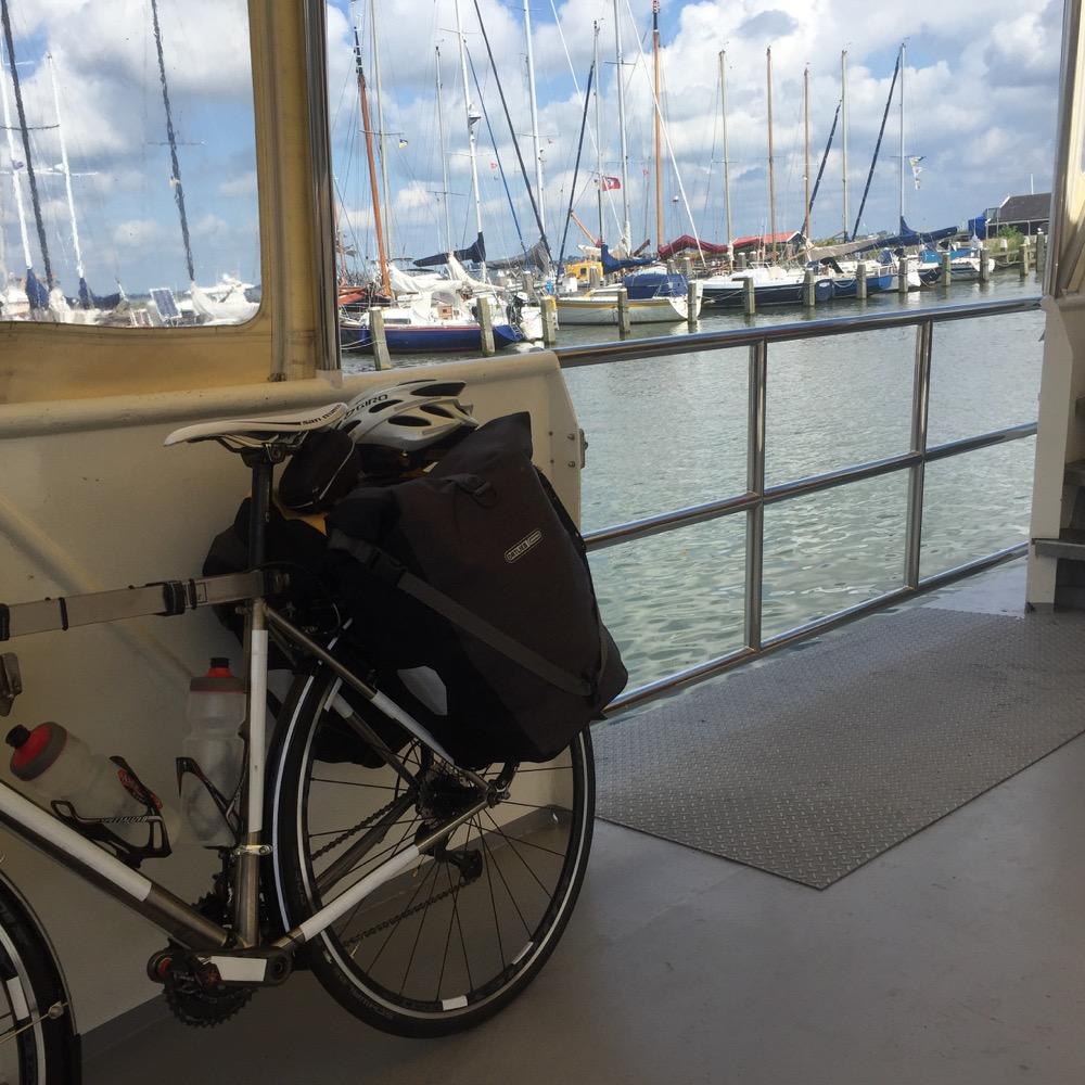 fiets op de veerboot Marken