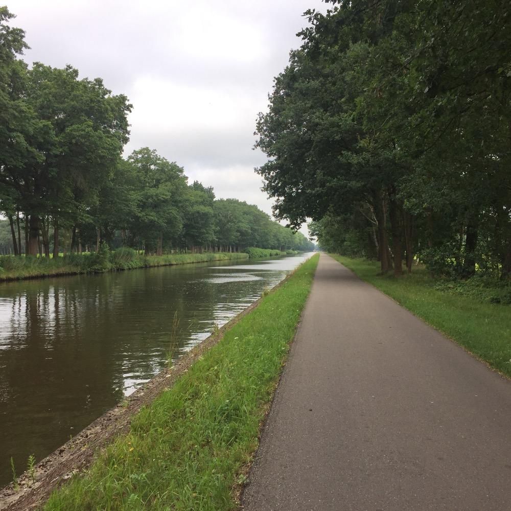 fietspad en bomen langs lange kanaal