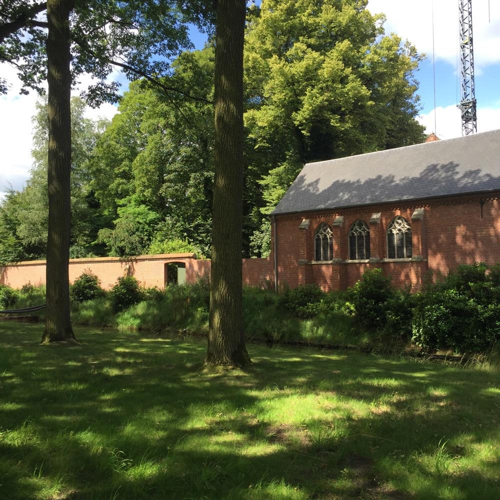 bomen en gras voor zijkant brouwerij